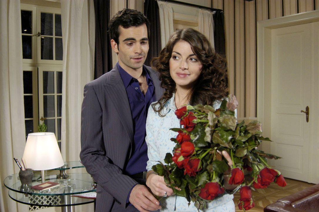 David (Mathis Künzler, l.) versucht Mariella (Bianca Hein, r.) mit Blumen zu überraschen. Auch wenn die Rosen leicht verwelkt sind, schafft es David... - Bildquelle: Monika Schürle SAT.1 / Monika Schürle