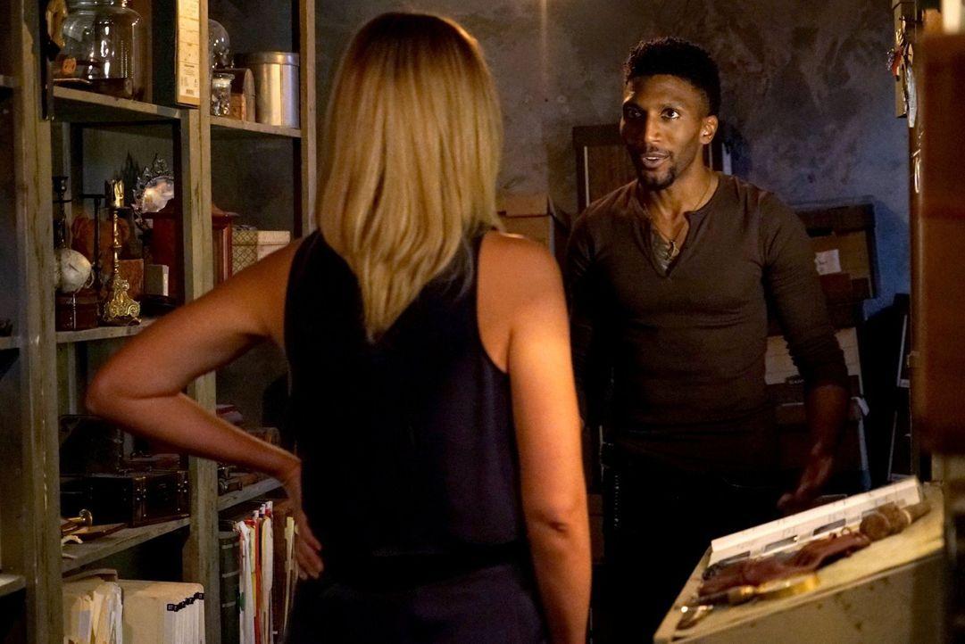 Während Cami (Leah Pipes, l.) und Vincent (Yusuf Gatewood, r.) mit den Problemen der Gegenwart zu  kämpfen haben, wird Klaus von der Vergangenheit e... - Bildquelle: Warner Bros. Entertainment Inc.