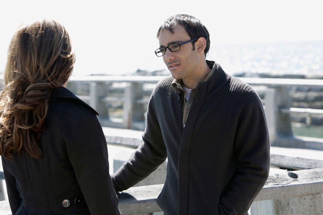 Justin Yates (Omid Abtahi, r.) erzählt Melinda (Jennifer Love Hewitt, l.) von einem Segelboot- Unfall, bei dem er seine damalige Freundin im Stich g... - Bildquelle: ABC Studios