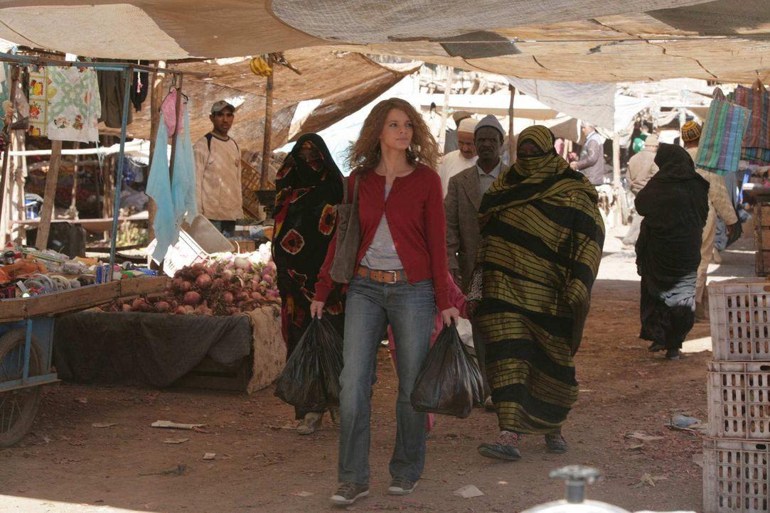 Um im Sudan nicht länger aufzufallen, macht sich Karla (Yvonne Catterfeld, l.) zum Bazar auf. Dort kauft sie sich eine Burka und Haarfärbemittel.... - Bildquelle: Sife Elamine und Claudia Rump SAT.1