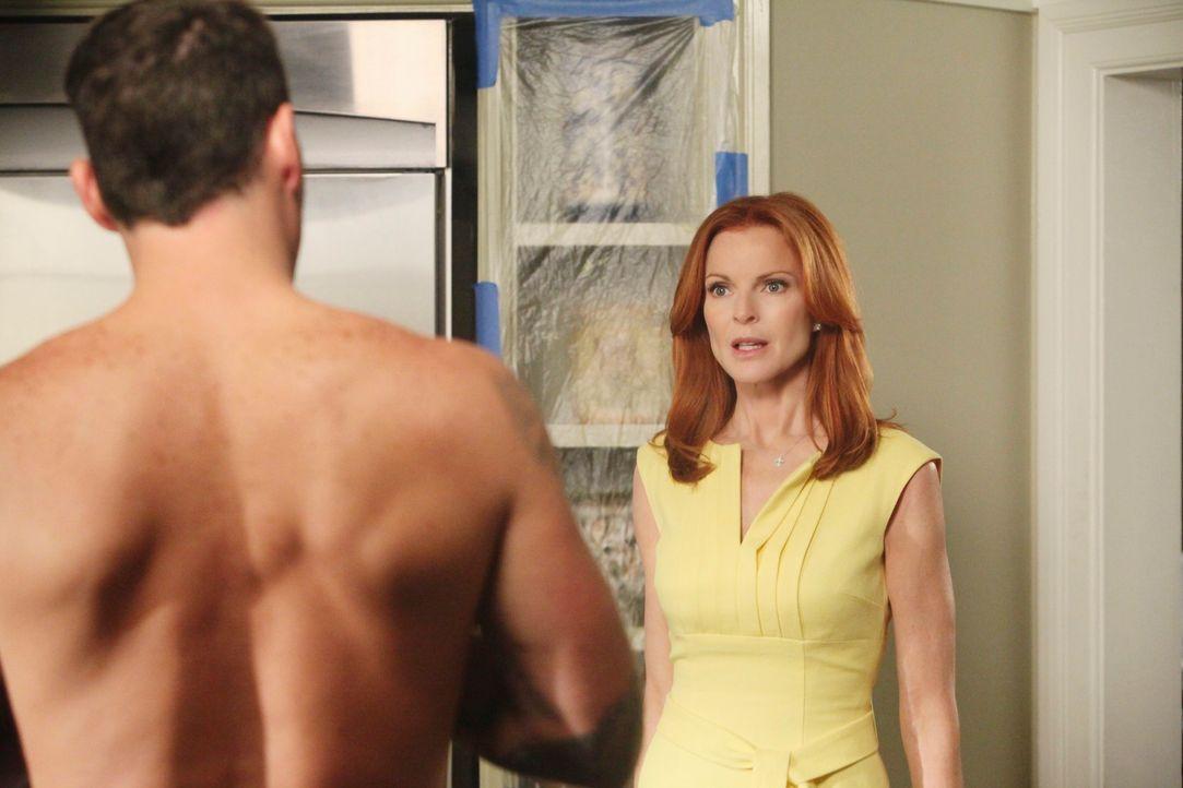 Bree (Marcia Cross, r.) fühlt sich immer mehr zu Keith (Brian Austin Green, l.) hingezogen. Um dem zu entgehen, feuert sie ihn kurzerhand ... - Bildquelle: ABC Studios