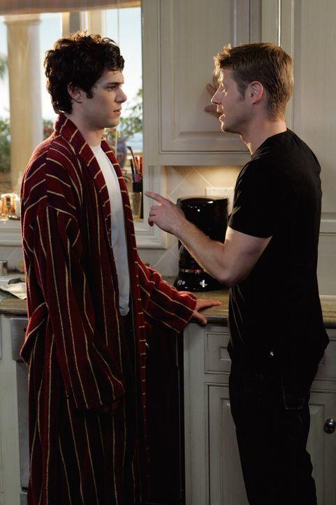 Während Seth (Adam Brody, l.) an dem Entschluss zu heiraten zweifelt, wird Ryan (Benjamin McKenzie, r.) mit seinem Vater konfrontiert ... - Bildquelle: Warner Bros. Television
