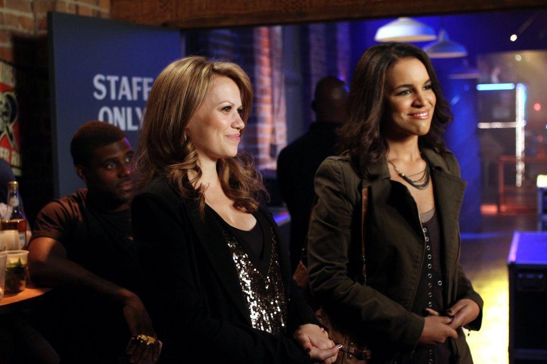 Haley (Bethany Joy Lenz, l.) und Erin (Laura Izibor, r.) sorgen dafür, dass es im Tric mal wieder richtig voll ist, während Brooke und Julian Fallsc... - Bildquelle: Warner Bros. Pictures
