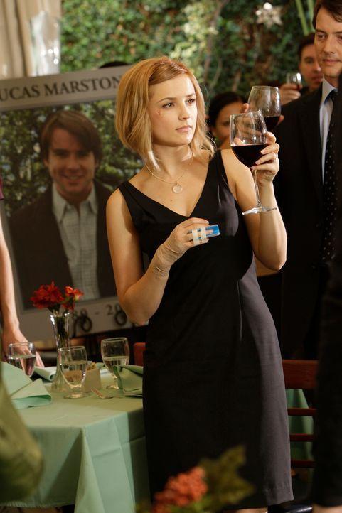 Erheben das Glas ihres verstorbenen Freundes zu Ehren: Grace Adams (Rachael Leigh Cook, vorne) und Ryan Keller (Jason London, r.) ... - Bildquelle: ABC Studios