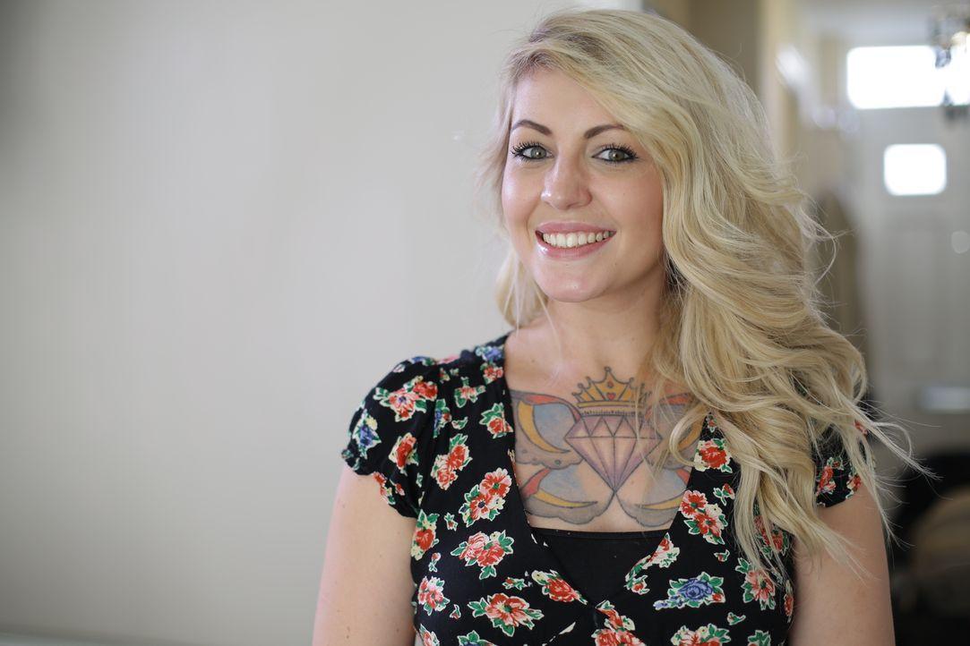 Lissani hat sich in ihrer wilden Jugend ein riesen Tattoo direkt auf die Brust tätowieren lassen. Heute bereut die Mutter und Ehefrau ihre Rebellion... - Bildquelle: Remarkable 2015