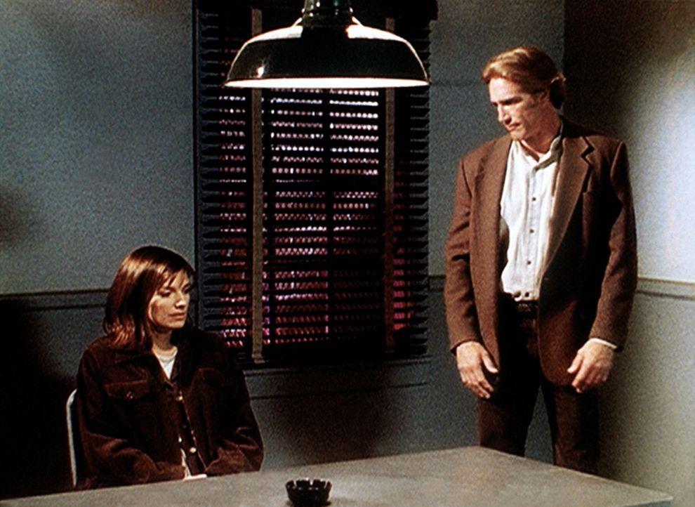 Steve (Barry Van Dyke, r.) verhört die Krankenschwester Jeri (Susan Diol, l.), die verdächtigt wird, ihren Freund ermordet zu haben. - Bildquelle: Viacom
