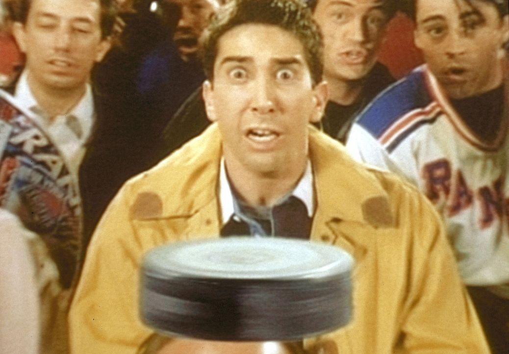 Ross (David Schwimmer, M.), der mit seinen Freunden Joey und Chandler ein Hockeyspiel besucht, wird vom Puck getroffen. - Bildquelle: TM+  2000 WARNER BROS.