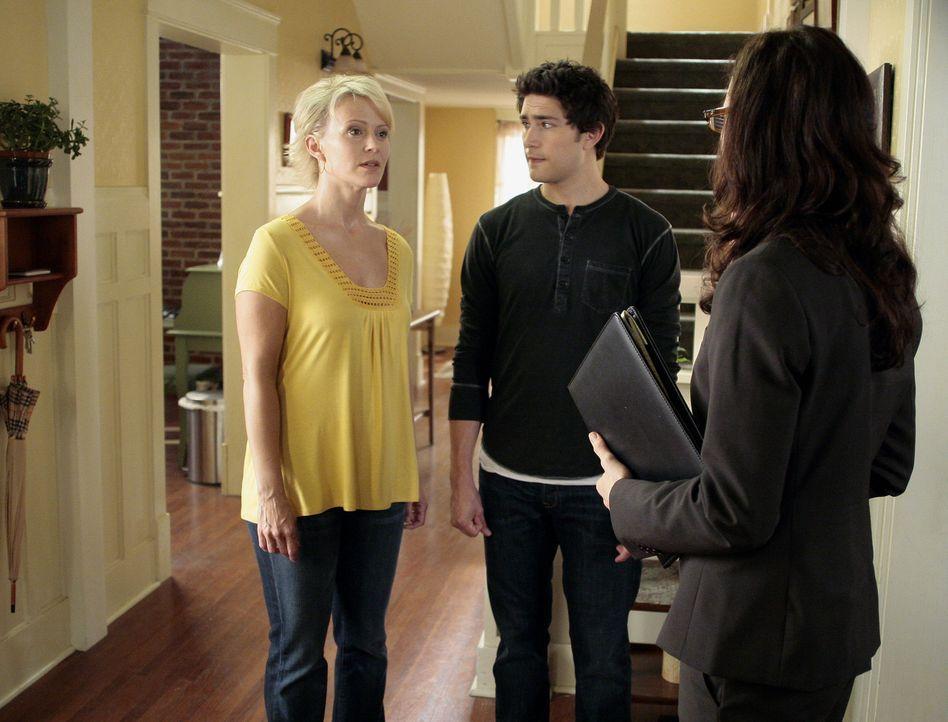 Nicole (Marguerite MacIntyre, l.) und Kyle (Matt Dallas, 2.v.r.) versuchen Constanze Berlinger (Anna Galvin, r.) davon zu überzeugen, dass er unsch... - Bildquelle: TOUCHSTONE TELEVISION