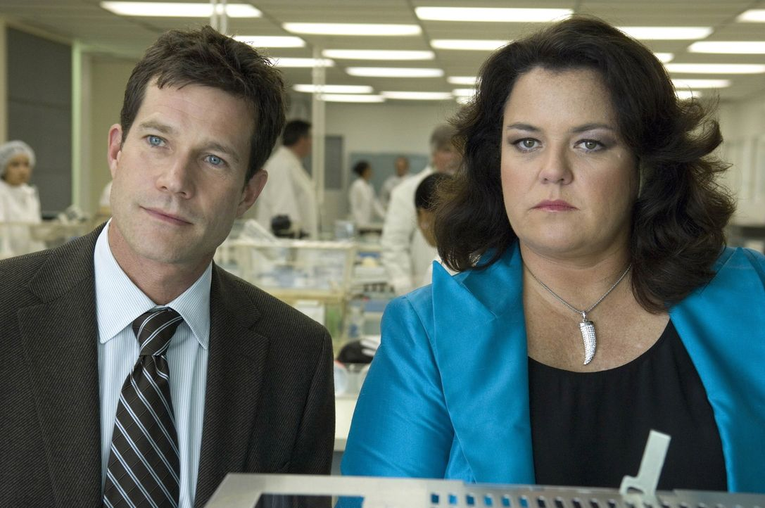 """Da Geld bei Dawn Budge (Rosie O'Donnell, r.) keine Rolle spielt, bieten Sean (Dylan Walsh, l.) und Christian ihr an, ihr Ohr in einem Genlabor """"nach... - Bildquelle: TM and   2004 Warner Bros. Entertainment Inc. All Rights Reserved."""