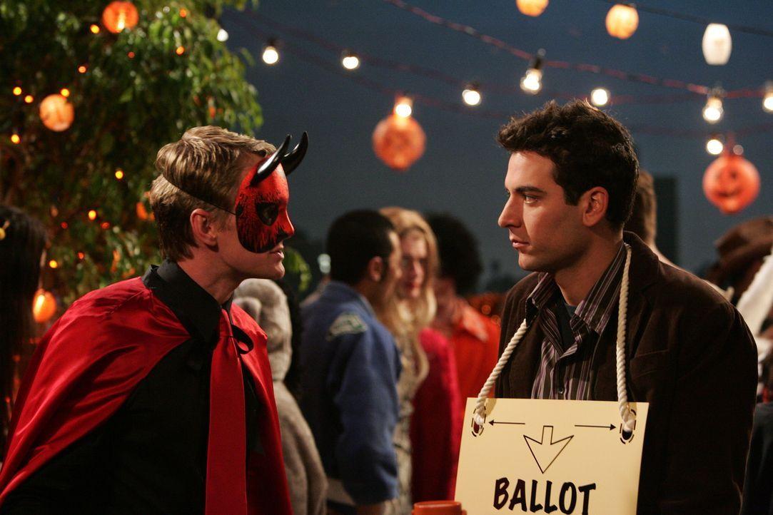 Wie jedes Jahr nimmt Ted (Josh Radnor, r.) an der Halloween Party teil, die immer auf dem Dach des Hauses stattfindet, in dem er wohnt. Da er dort v... - Bildquelle: 20th Century Fox International Television