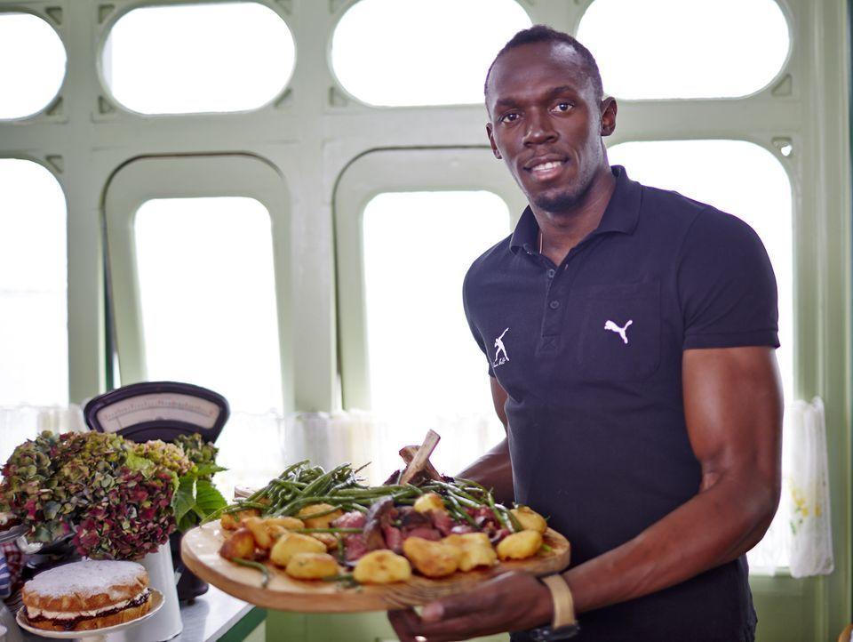 Während Usain Bolt (Bild) mariniertes Schweinefleisch vom Grill mit Süßkartoffeln und Dumplings nach Art seiner Tante Lily macht, hoffen Jimmy und J...