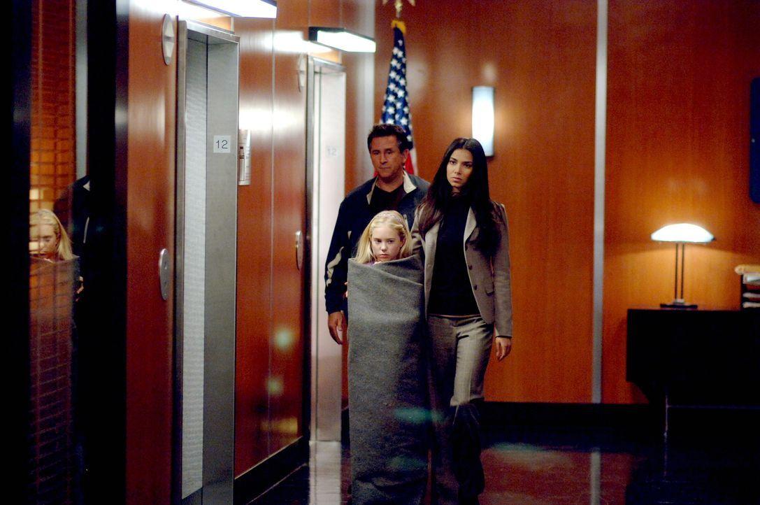 Jack (Anthony LaPaglia, l.) und Elena (Roselyn Sanchez, r.) kümmern sich um die kleine Melissa (Danielle Chuchran, M.). - Bildquelle: Warner Bros. Entertainment Inc.