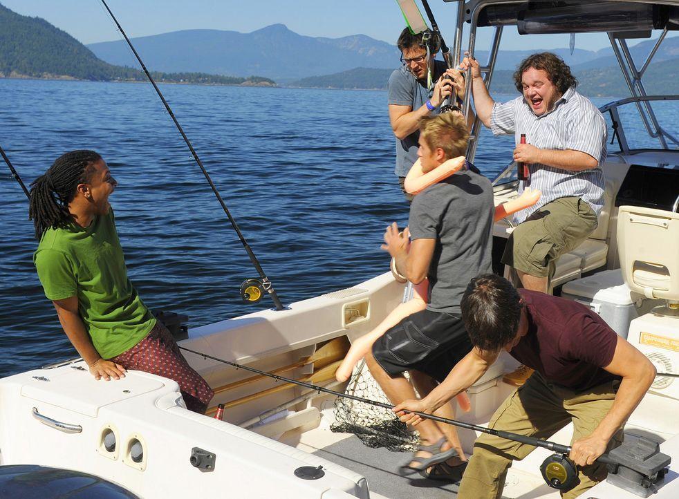Während Henry (Christopher Gorham, r.) angelt, erlauben sich seine Kumpels einen Spaß: Sully (Matt Barr, M.) hat eine Gummipuppe an Land gezogen.... - Bildquelle: 2009 CBS Studios Inc. All Rights Reserved.