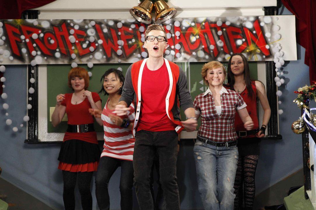 Begeistern das Publikum beim Weihnachtsfest (v.l.n.r.): Hotte (Dennis Schigiol), Emma (Kasia Borek), Luzi (Selina Müller), Sophie (Franciska Friede... - Bildquelle: David Saretzki SAT.1