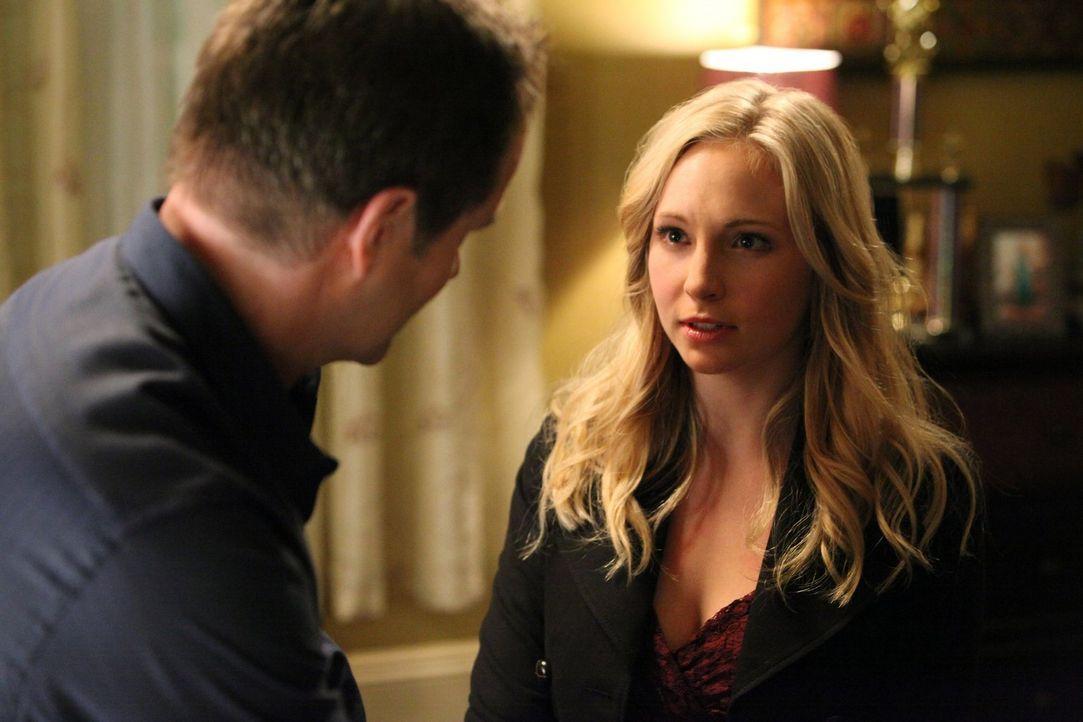 Caroline (Candice Accola, r.) macht sich Sorgen um ihren Vater (Jack Coleman, l.), der Tyler helfen soll, sich von der Erschaffungsbindung zu Klaus... - Bildquelle: Warner Brothers