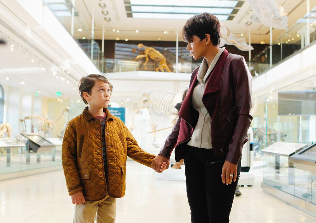 John hat ein neues Labor, um an den Roboterkindern zu arbeiten. Molly (Halle Berry, r.) und der Prototyp Ethan (Pierce Gagnon, l.) besuchen ihn ... - Bildquelle: Sonja Flemming 2014 CBS Broadcasting, Inc. All Rights Reserved