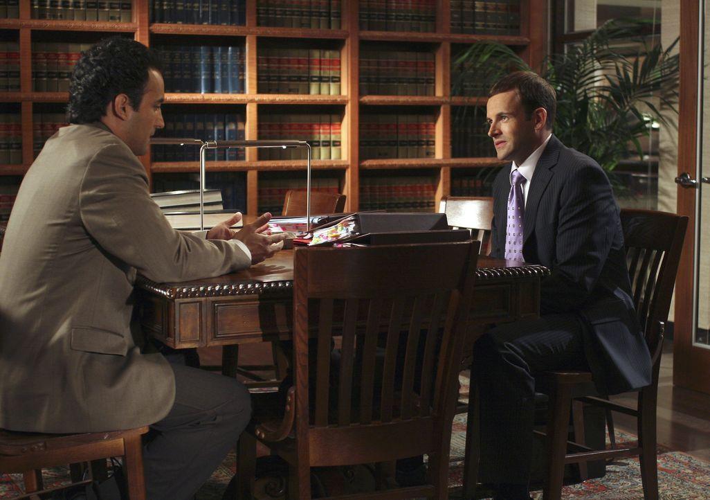 Eli (Jonny Lee Miller, r.) und Oscar (Jos Viramontes, l.) beraten das weitere Vorgehen. Ihre Chancen vor Gericht sind jedoch alles andere als gut ... - Bildquelle: Disney - ABC International Television