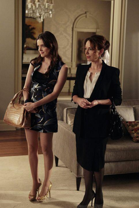 Erfahren von Blairs Schwangerschaft: Beatrice (Roxane Mesquida, l.) und Prinzessin Sophie (Joanne Whalley, r.) ... - Bildquelle: Warner Bros. Television