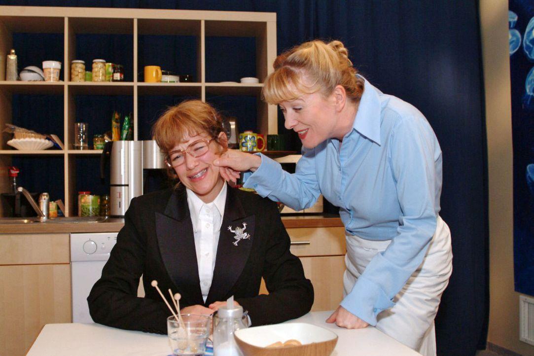 Helga (Ulrike Mai, r.) versucht Lisa (Alexandra Neldel, l.) gut gemeinte Tipps für ihr anstehendes TV-Interview zu geben. (Dieses Foto von Alexandr... - Bildquelle: Noreen Flynn Sat.1