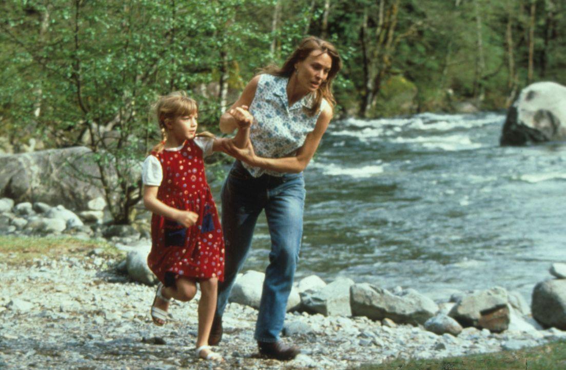 Ihr Leben ist in Gefahr. Lori (Robin Wright Penn, r.) versucht verzweifelt, sich und ihre Tochter Chrissy (Pauline Roberts, l.) vor dem Mörder in S... - Bildquelle: Warner Bros.