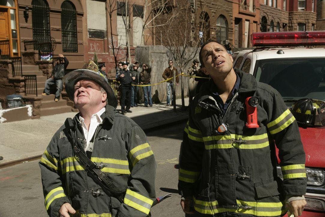 Können Jerry (Jack McGee, l.) und Franco Rivera (Daniel Sunjata, r.) den Eingeschlossenen noch helfen? - Bildquelle: 2005 Sony Pictures Television Inc. All Rights Reserved.
