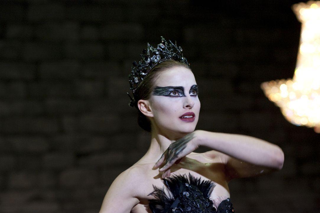 Während Ballerina Nina (Natalie Portman) die perfekte Besetzung für den weißen Schwan ist, muss sie für den Gegenpart der Figur lernen, loszulassen... - Bildquelle: 20th Century Fox