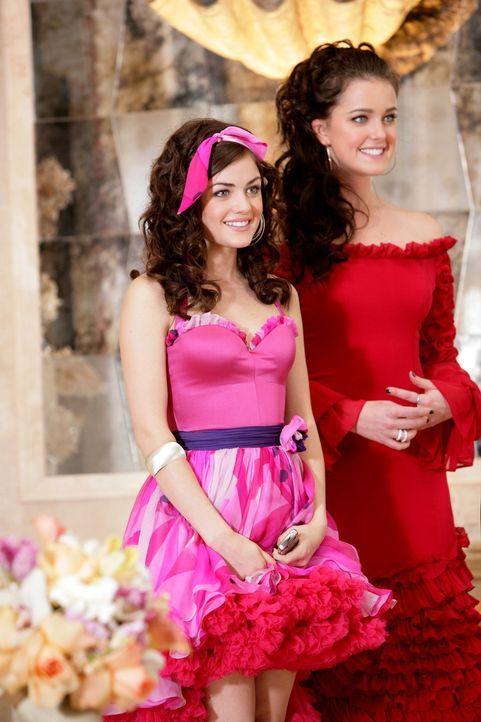 Sage (Ashley Newbrough, r.) und Rose (Lucy Hale, l.) laden zu einem Benefizessen für kubanische Flüchtlinge ein ... - Bildquelle: Warner Bros. Television
