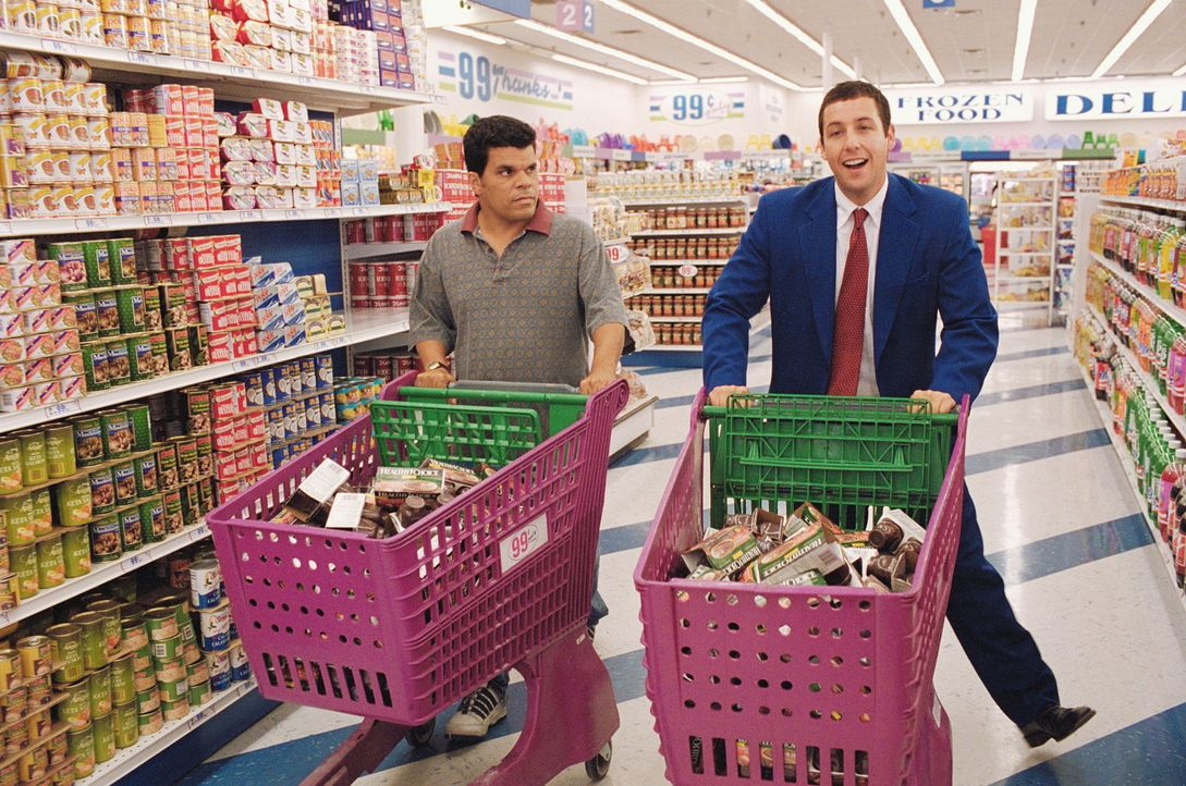 Barry (Adam Sandler, r.) macht sich gemeinsam mit Lance (Luis Guzman, l.) auf den Weg, sämtliche Billigpuddingbecher des San Fernando Valleys aufzu... - Bildquelle: Senator Film