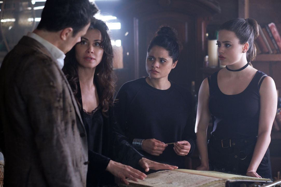 (v.l.n.r.) Harry Greenwood (Rupert Evans); Marisol (Valerie Cruz); Mel Vera (Melonie Diaz); Maggie Vera (Sarah Jeffery) - Bildquelle: Robert Falconer 2019 The CW Network, LLC. All rights reserved. / Robert Falconer