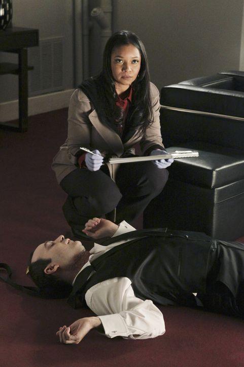 Francisco Pilar (Ed Francis Martin, liegend) wird tot in seiner Garderobe gefunden. Lanie Parish (Tamala Jones, hinten) versucht den Zeitpunkt des T... - Bildquelle: ABC Studios
