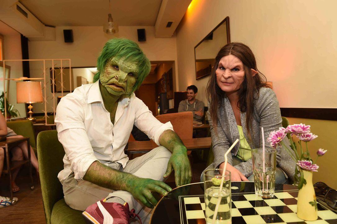 Schnell wird Werwölfin Conny (r.) klar, dass sie bei diesen Dates nicht nach dem Äußeren gehen kann, denn Mo (l.) sitzt ihr als Frosch gegenüber ...... - Bildquelle: Andre Kowalski sixx