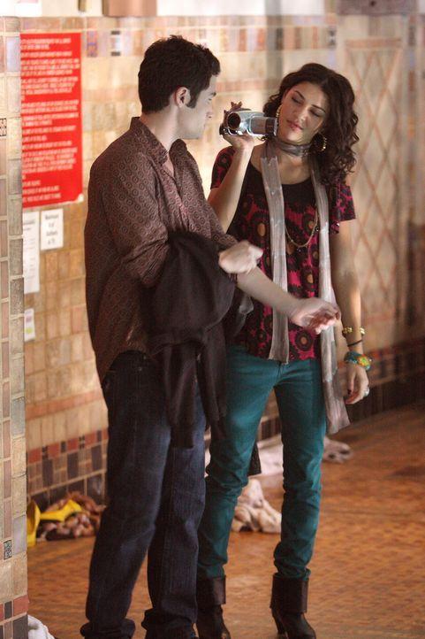 Zunächst sind Dan (Penn Badgley, l.) und Vanessa (Jessica Szohr, r.) bei der Party im Schwimmbad nicht mit dabei. Ein Anruf von Serena veranlasst s... - Bildquelle: Warner Brothers