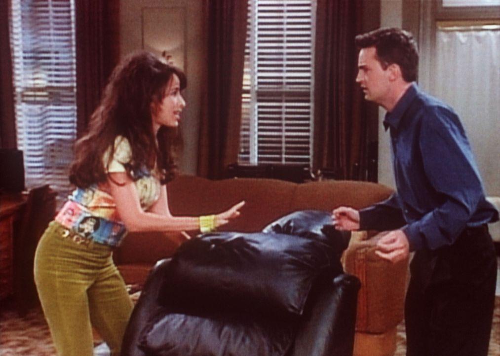 Janice (Maggie Wheeler, l.) bekommt Angst, da Chandler (Matthew Perry, r.) mit ihr zusammenziehen will. - Bildquelle: TM+  2000 WARNER BROS.