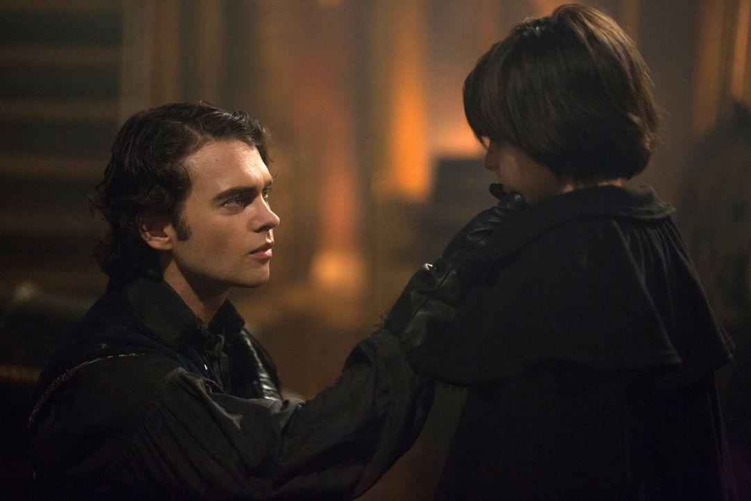 Sebastian (Joe Doyle, l.) macht John (Oliver Bell, r.) klar, dass er etwas Besonderes ist, aber wird er ihn auch zu seiner Mutter bringen können, oh... - Bildquelle: 2015 Fox and its related entities. All rights reserved.