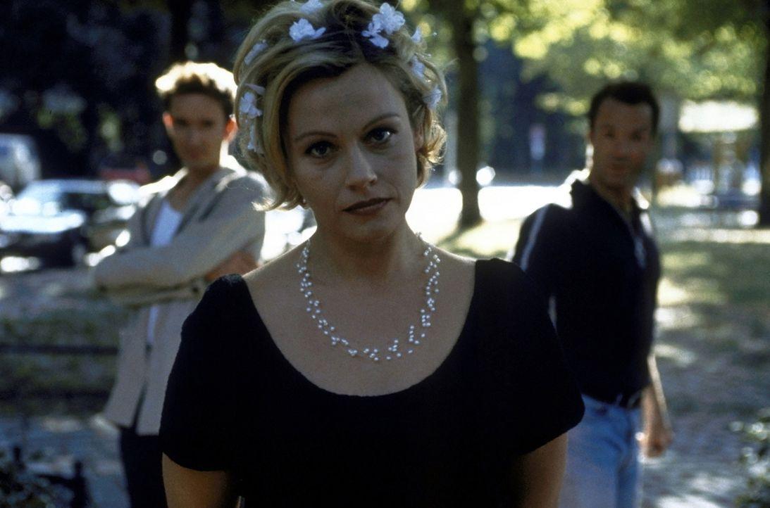 Erst in letzter Sekunde können Frank (Hannes Jaenicke, r.) und Alyoscha (Arnd Klawitter, l.) Marie (Jennifer Nitsch, M.) von ihrer Heirat mit Olive... - Bildquelle: ProSieben