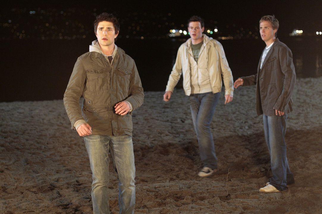 Eine Hütte beginnt zu brennen: Kyle (Matt Dallas, vorne), Josh (Jean-Luc Bilodeau, M.) und Declan (Chris Olivero) dürfen keine Zeit verlieren, den... - Bildquelle: TOUCHSTONE TELEVISION