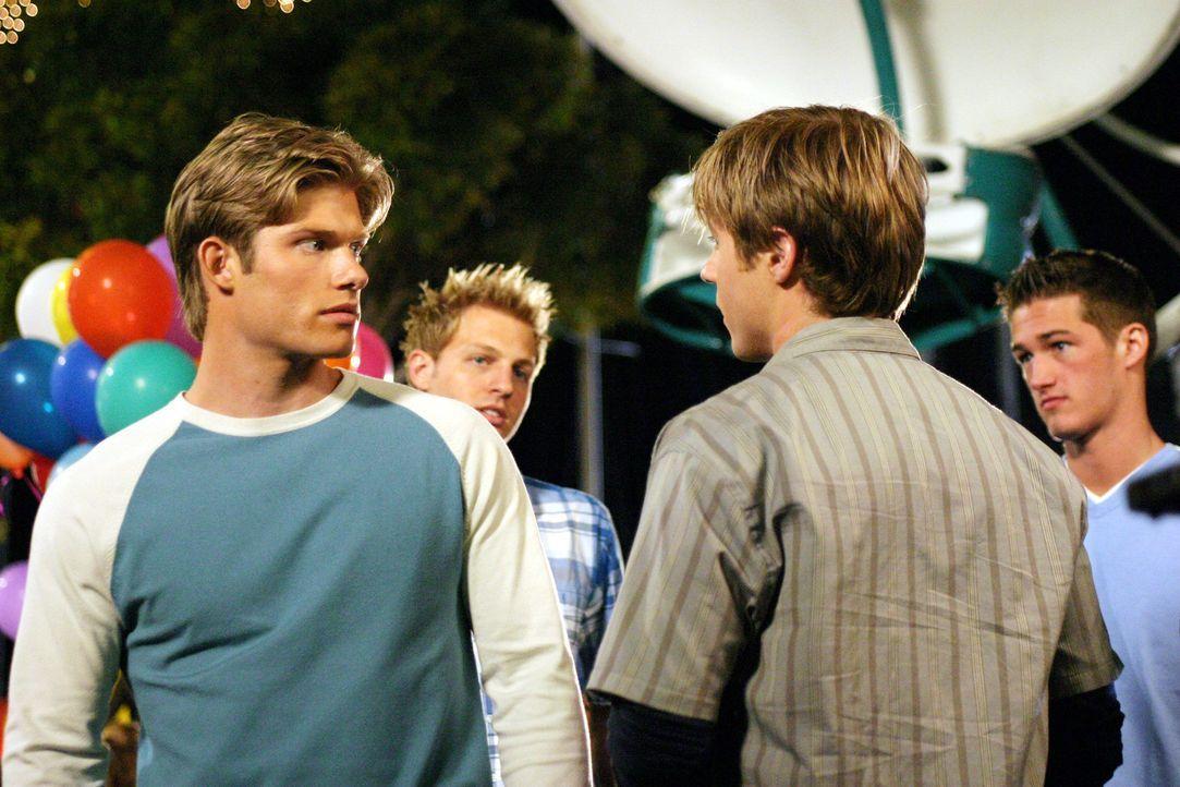Da Ryan (Benjamin McKenzie, r.) und Luke (Chris Carmack, l.) immer noch an Marissa interessiert sind, kommt es zwischen den beiden erneut zu Spannun... - Bildquelle: Warner Bros. Television