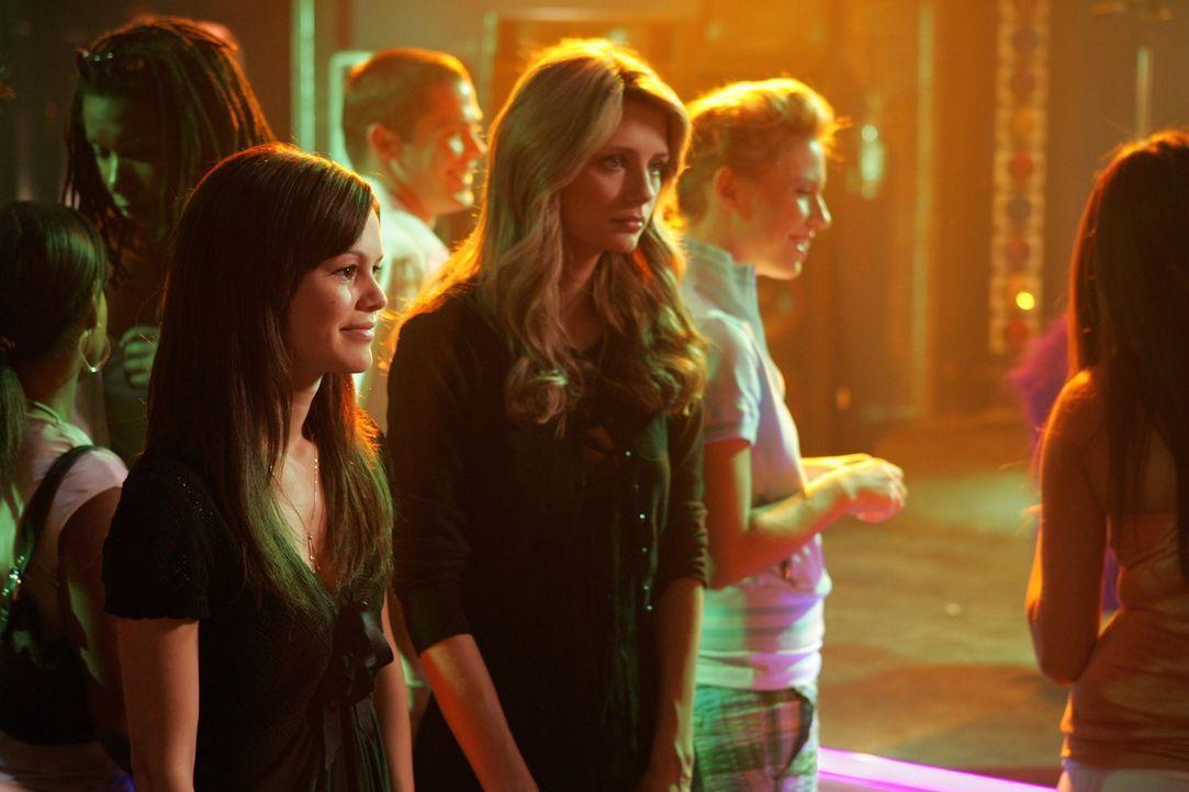 Halten zusammen: Summer (Rachel Bilson, l.) und Marissa (Mischa Barton, r.) ... - Bildquelle: Warner Bros. Television