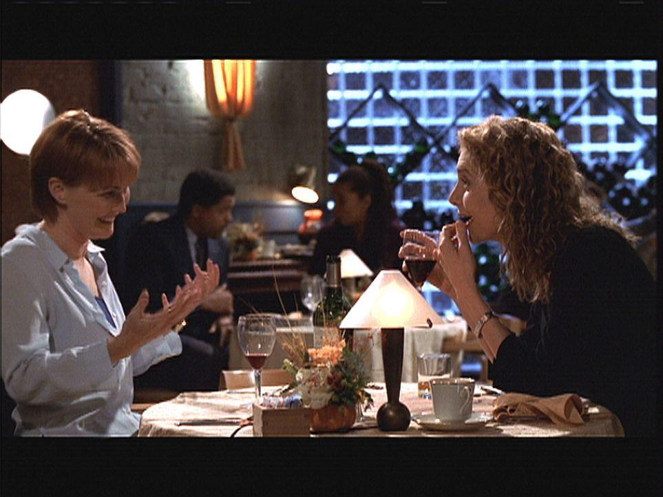 Kerry Weaver (Laura Innes, l.) und die Psychologin Legaspi (Lola Glaudini, r.) verbringen einen netten Abend miteinander. - Bildquelle: TM+  2000 WARNER BROS.