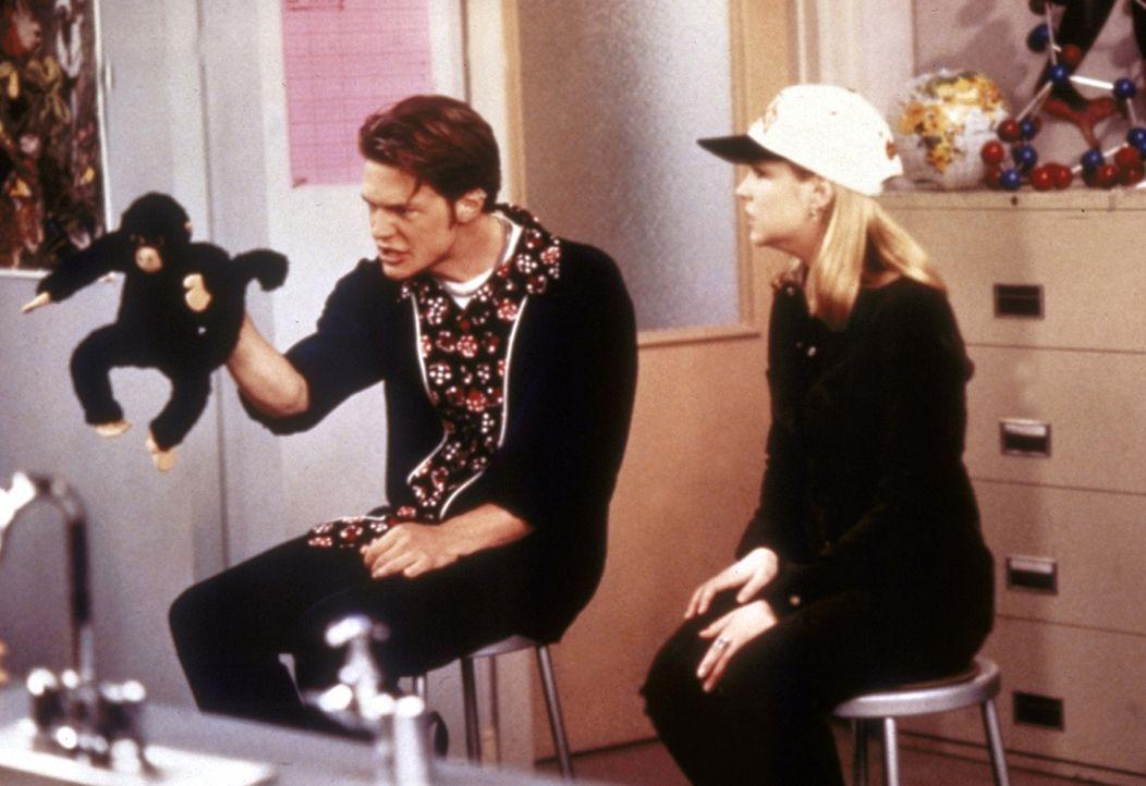 Sabrina (Melissa Joan Hart, r.) und Harvey (Nate Richert, l.) halten zusammen ein Referat über den Regenwald. - Bildquelle: Paramount Pictures