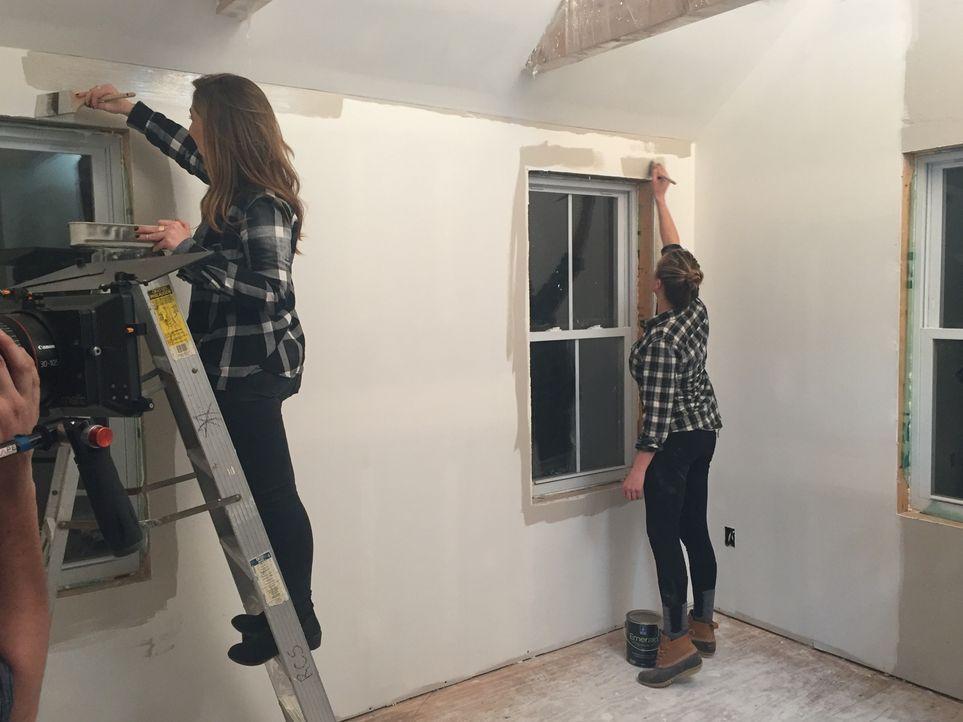 Die Freundinnen Sarah (l.) und Megan (r.) kommen ins Straucheln, als sie ihre Unkenntnis über Statik und ihr fehlender Fokus immer wieder zu Verletz... - Bildquelle: 2016, DIY Network/Scripps Networks, LLC. All Rights Reserved.