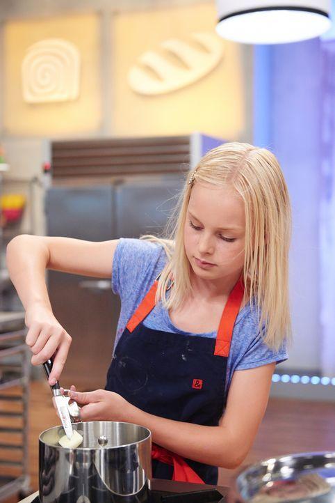 Jetzt ist volle Konzentration gefragt. Die junge Bäckerin Annika zaubert kleine Küchlein - die aussehen, wie Sushi. Wird sie damit die Jury überzeug... - Bildquelle: Eddy Chen 2014, Television Food Network, G.P. All Rights Reserved