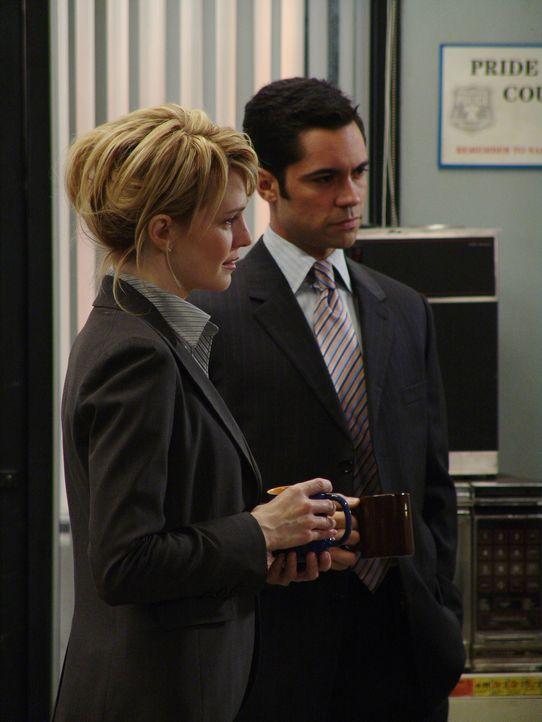 Bei einer Tasse Kaffee unterhalten sich Det. Lilly Rush (Kathryn Morris, l.) und Det. Scott Valens (Danny Pino, r.) über den verwirrenden Fall von W... - Bildquelle: Warner Bros. Television