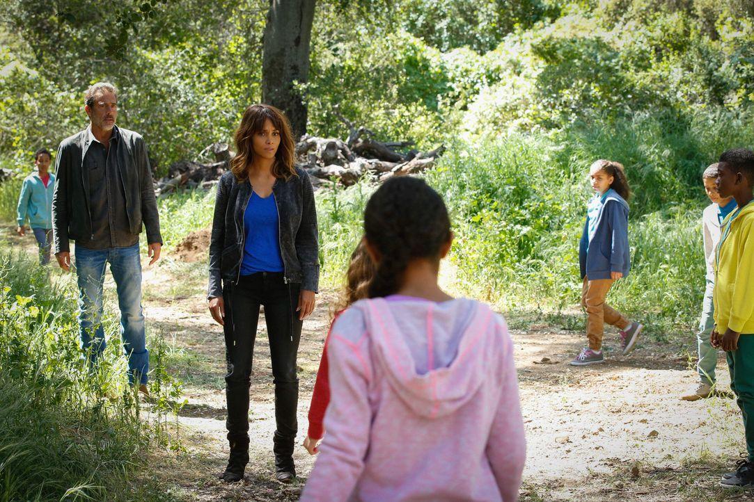 Während Adhu froh ist, dass Molly (Halle Berry, 2.v.l.) endlich zu ihnen gefunden hat, ist sich JD (Jeffrey Dean Morgan, l.) nicht sicher, ob diese... - Bildquelle: Cliff Lipson 2015 CBS Broadcasting Inc. All Rights Reserved.