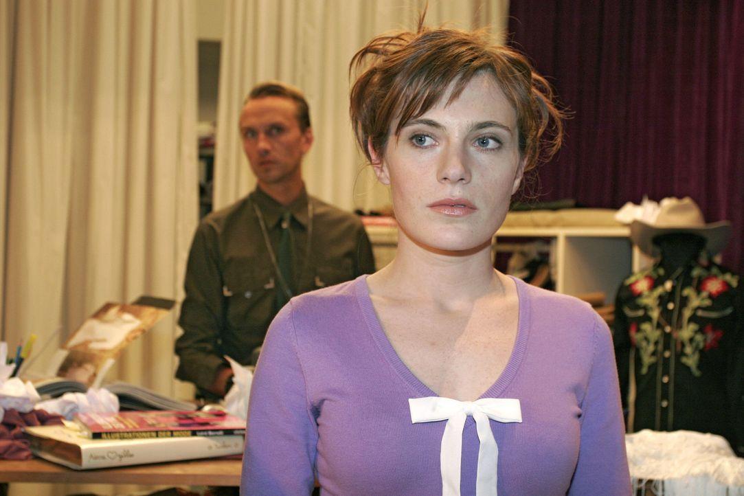 Britta (Susanne Berckhemer, r.) ist verletzt, als sie von Hugo (Hubertus Regout, l.) aus dem Büro geworfen wird. - Bildquelle: Sat.1