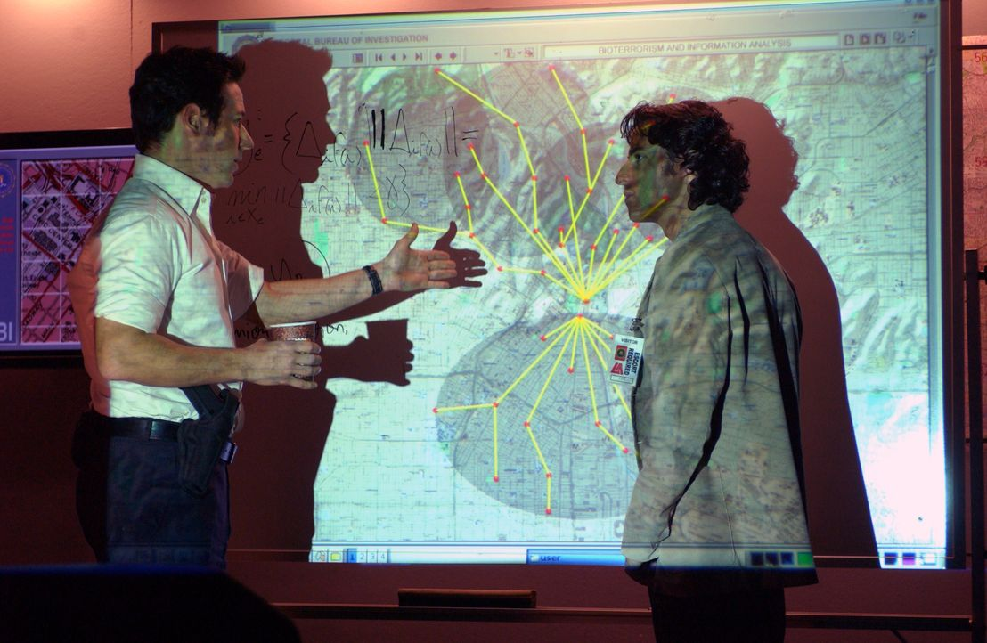 Mit Charlies (David Krumholtz, r.) mathematischen Fähigkeiten sucht Don (Rob Morrow, l.) nach dem Ursprungsort der Seuche und dabei stoßen sie auf d... - Bildquelle: Paramount Network Television