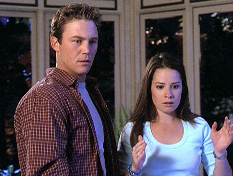 Piper (Marie Holly Combs, r.) ist frustriert über die fehlende Kontrolle ihrer neuen Kraft. Leo (Brian Krause, l.) ünterstützt sie, so weit er kann.... - Bildquelle: Paramount Pictures