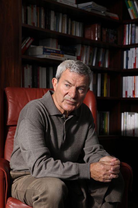Hat Armand Dubois (Martin Lamotte) etwas mit dem Tod eines Journalisten zu tun? - Bildquelle: Xavier Cantat 2011 BEAUBOURG AUDIOVISUEL