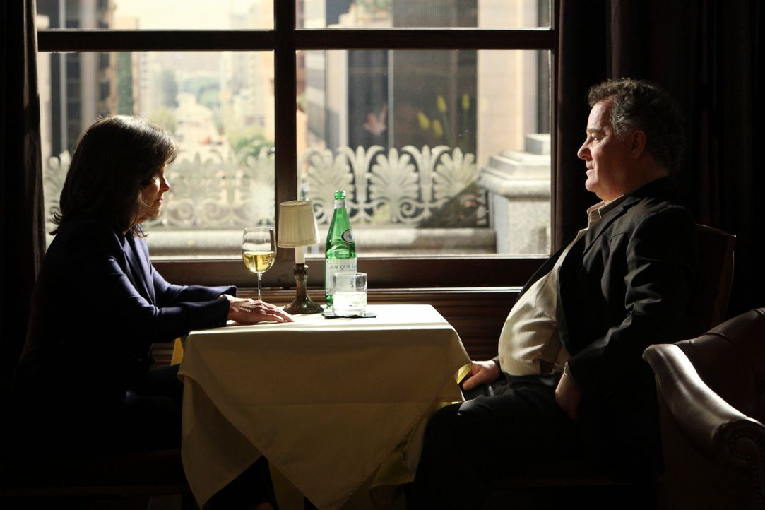 Nora (Sally Field, l.) trifft sich mit York (Peter Gerety, r.), der sie dazu drängt, alle Familienmitglieder zu überreden, ihre Anteile an ihn zu ve... - Bildquelle: 2010 American Broadcasting Companies, Inc. All rights reserved.