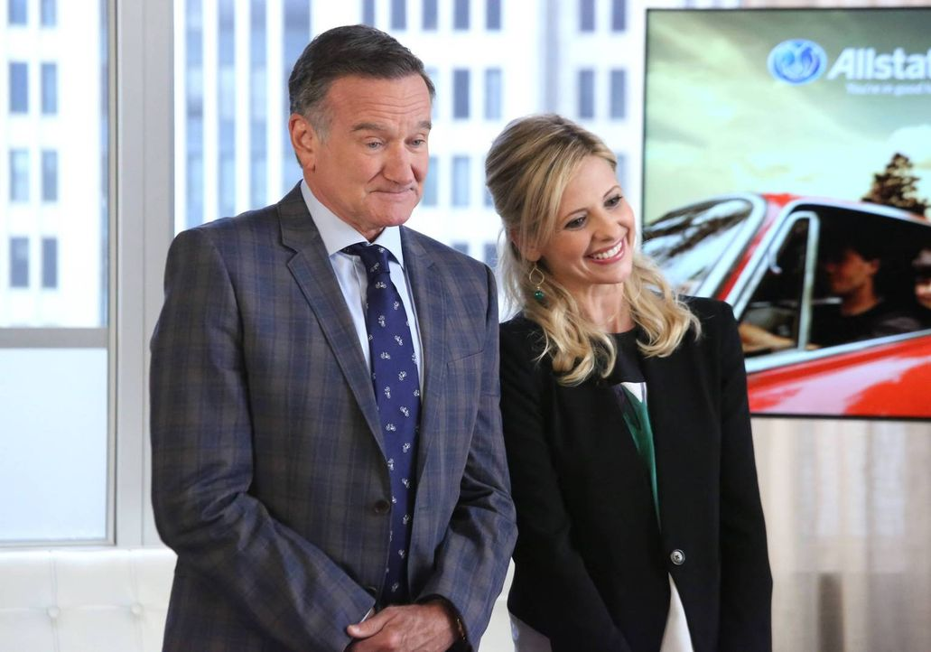 Simon (Robin Williams, l.) und Sydney (Sarah Michelle Gellar, r.) haben sich einen Spot für eine große Versicherungsgesellschaft einfallen lassen un... - Bildquelle: 2013 Twentieth Century Fox Film Corporation. All rights reserved.